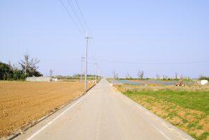 まっすぐ走る道路